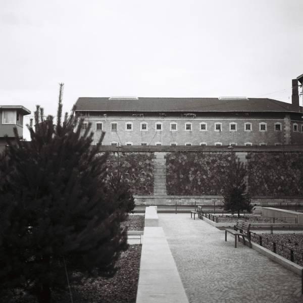 La prison vue des jardins extérieurs