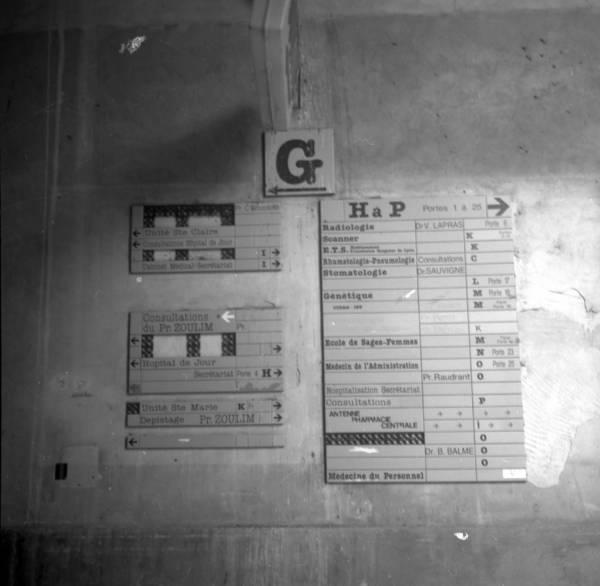 Signalétique dans les couloirs de l'hôtel-Dieu