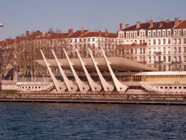 La piscine du Rhône depuis le pont de l'Université