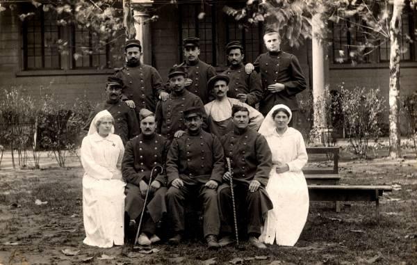 [Groupe d'infirmières à l'Hôpital militaire temporaire no. 5 bis, pendant la Guerre de 1914-1918]