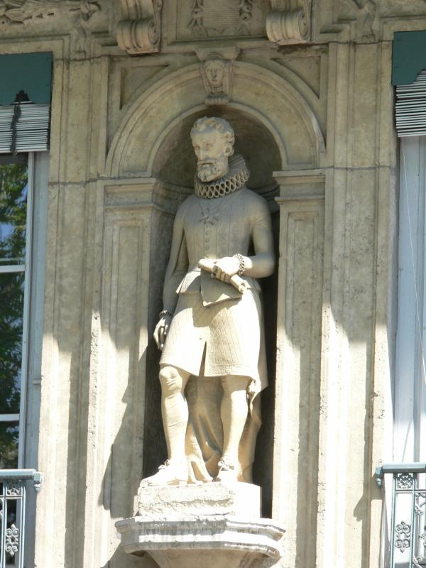 Statue d'Henri IV sur un immeuble du quai de Serbie