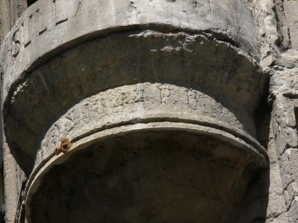 Statue de Sully à l'angle de la rue Sully et du quai de Serbie : détail du socle