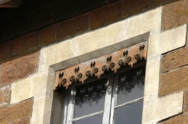 Ecole-musée Jean Macé : lambrequin sur une fenêtre