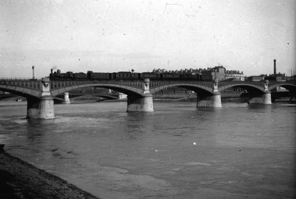 [Le Pont de Perrache SNCF]