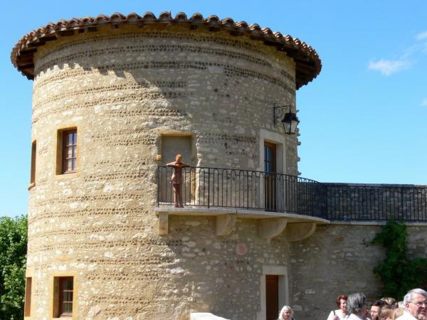 Personnage en argile au balcon de la Tour ronde du château