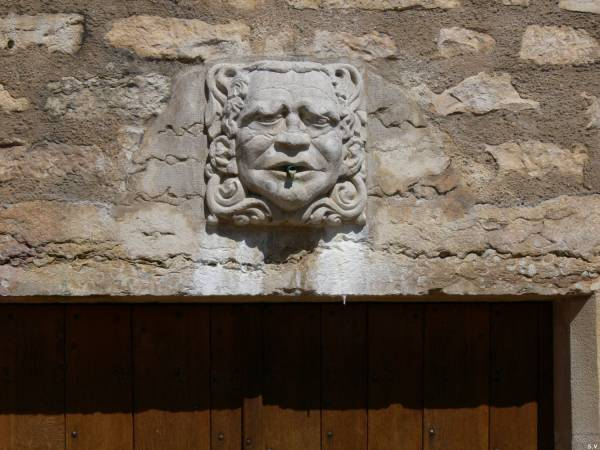 Le château de Saint-Bernard : détail au fronton d'une porte