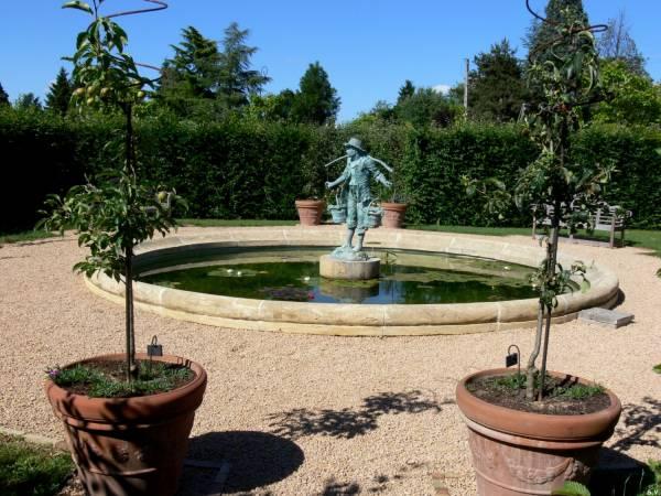 Fontaine dans le jardin aquatique du château de Saint-Bernard