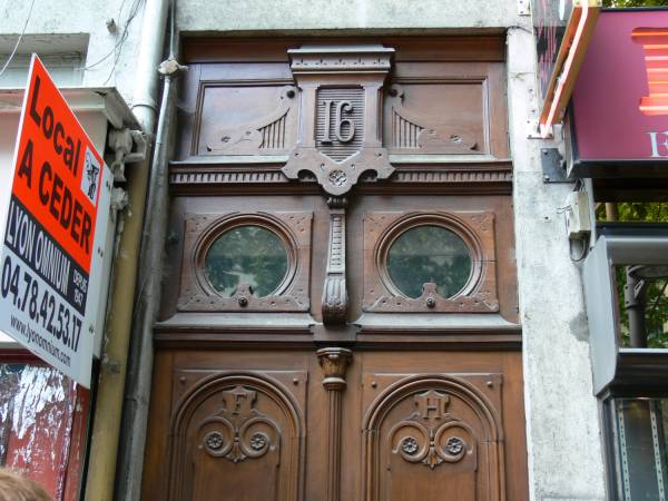 Porte d'immeuble en bois travaillé cours Charlemagne
