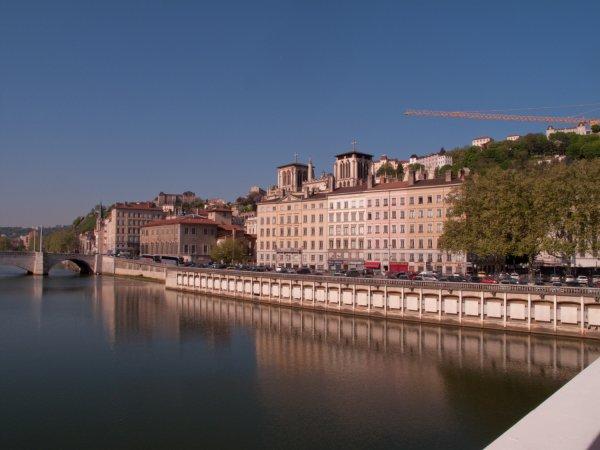 La cathédrale Saint-Jean et le quai Romain-Rolland vus depuis la passerelle du Palais de justice