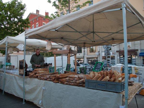 Un boulanger sur le marché, quai des Célestins