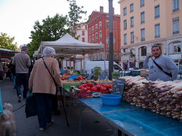Marchand de quatre saisons sur le marché du quai des Célestins