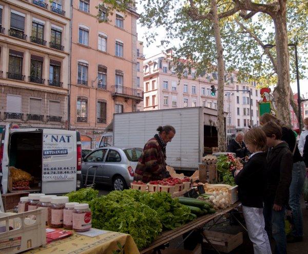 Un étal de légumes, quai Saint-Antoine