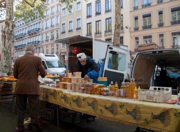 Un apiculteur sur le marché, quai Saint-Antoine