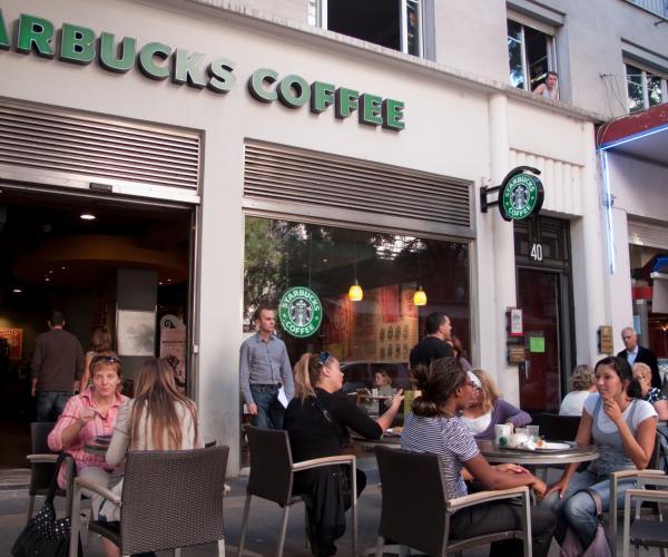 Un café sur l'avenue Henri-Barbusse