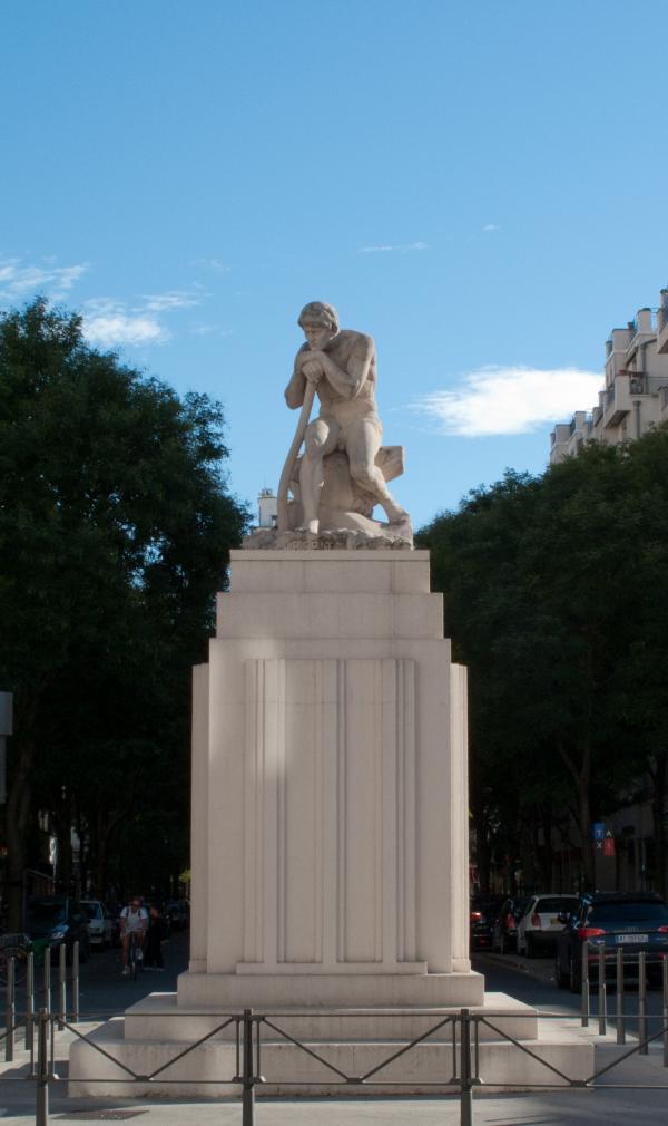 """La statue """"Le Répit"""" sur le carrefour avenue Henri-Barbusse - cours Emile-Zola"""