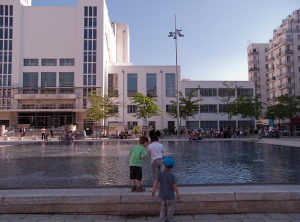 La place Lazare-Goujon : des enfants jouant au bord d'un bassin