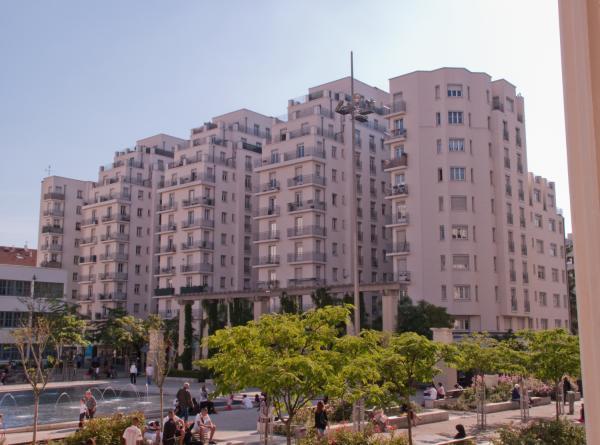 Un des Gratte-Ciel et la place Lazare Goujon vus depuis le perron de l'hôtel de ville
