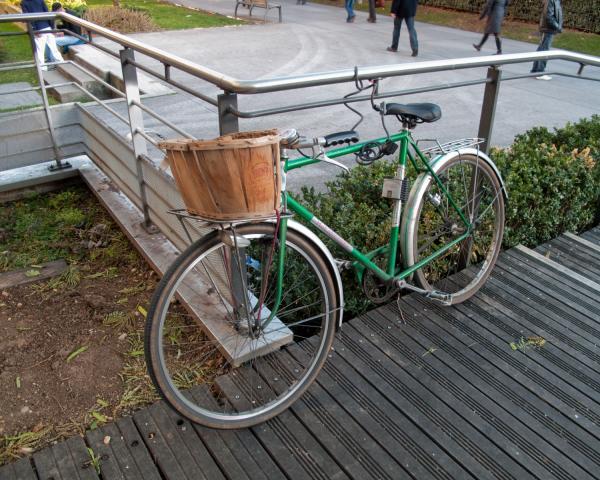 Un vélo avec un panier personnalisé devant la bibliothèque municipale