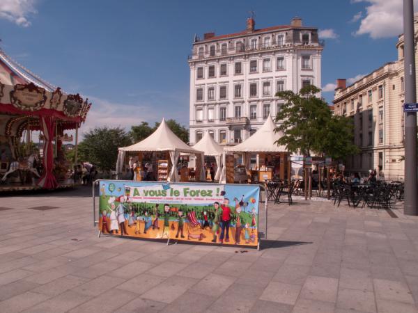 """Exposition de produits régionaux """"A vous le Forez"""" sur la place Antonin-Jutard"""