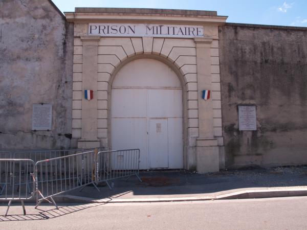 La porte de la Prison Montluc vue depuis la rue Jeanne Hachette