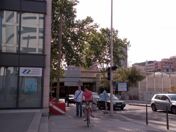 Carrefour de l'avenue Georges-Pompidou et de la rue de la Villette : piste cyclable et cyclistes