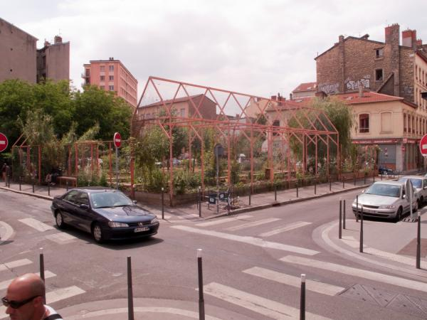Le jardin nomade Brin d'Guill' : un jardin de quartier partagé vu depuis la rue Sébastien-Gryphe