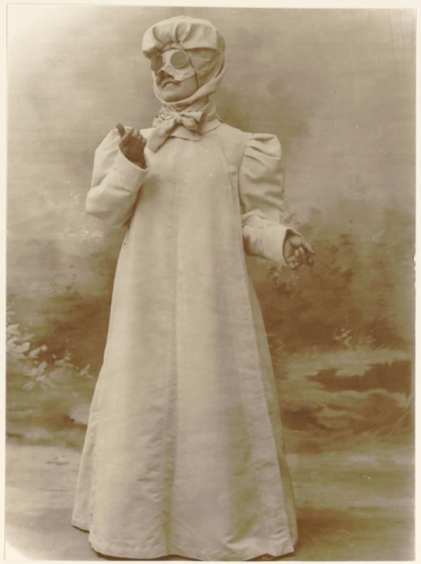 [La mode à Lyon au début du siècle, une dame automobiliste]