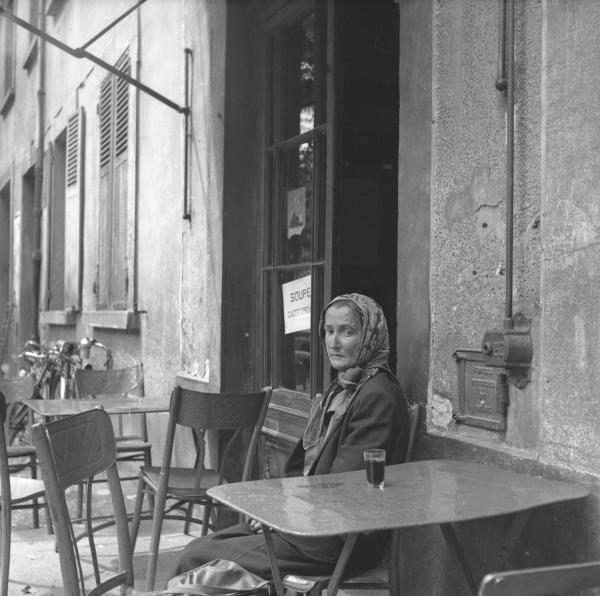 [Portraits de femme à la terrasse d'un café]