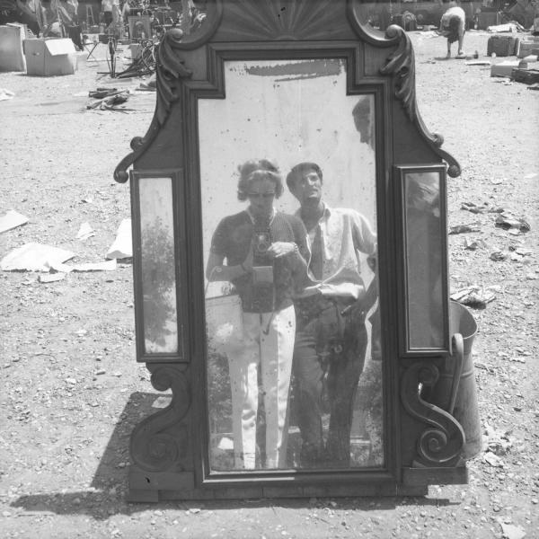 [Reflet de la photographe dans un miroir]
