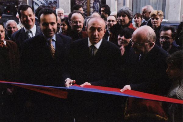 """[Le """"coupé"""" de ruban de la bibliothèque du 2e arrondissement, par M. le maire, en présence du maire du 2e arrondissement, Denis Broliquier et de Patrice Béghain]"""