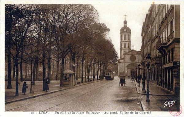 Lyon : Un côté de la Place Bellecour ; Au fond, Église de la Charité.