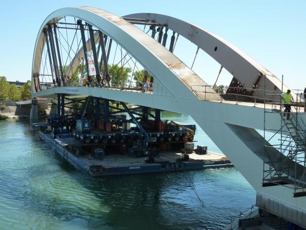 Tablier du Pont Raymond-Barre soutenu par des Kamags