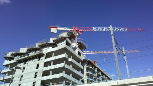 "[L'immeuble ""Hikari"" en construction]"