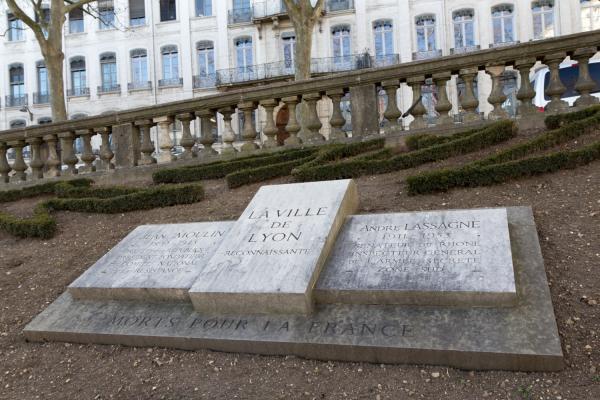 Stèle à la mémoire de Jean Moulin et André Lassagne