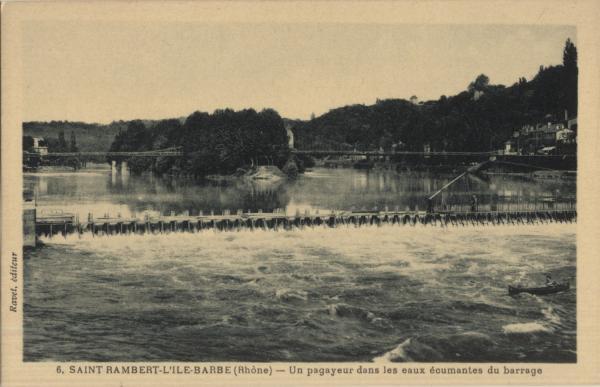 St-Rambert-l'Ile-Barbe (Rhône) : Un pagayeur dans les eaux écumantes du barrage