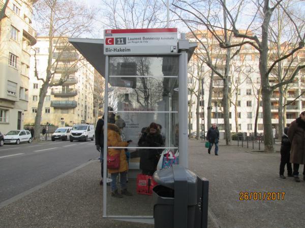 """En attente du bus..."""