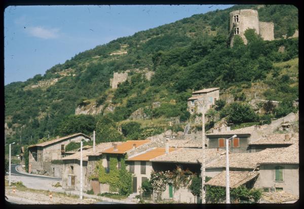 [Maisons et vestige château, Serves-Sur-Rhône]