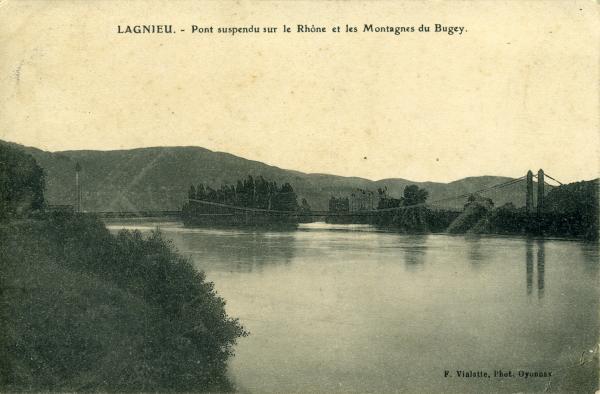 Lagnieu. - Pont suspendu sur le Rhône et les Montagnes du Bugey.