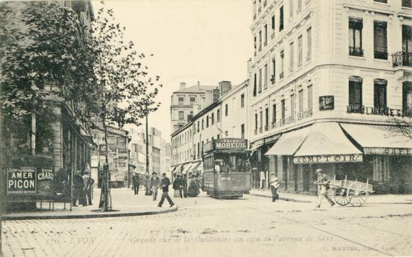 Lyon : Grande rue de la Guillotière au coin de l'avenue de Saxe.