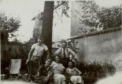 [Photographie de groupe dans un jardin]