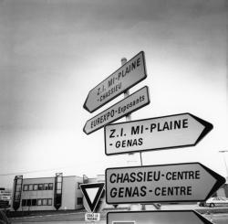 [Panneaux indicateurs sur la commune de Chassieu]