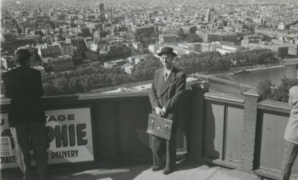 [Paul Jarinoff au sommet de la Tour Eiffel]