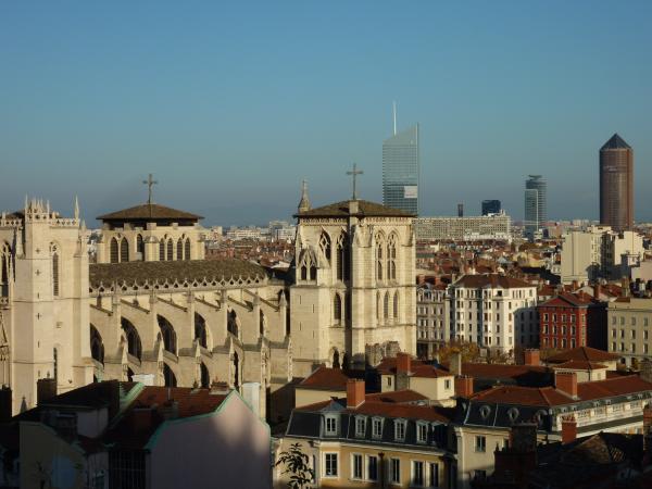 La cathédrale Saint-Jean vue de la Montée du Chemin-Neuf