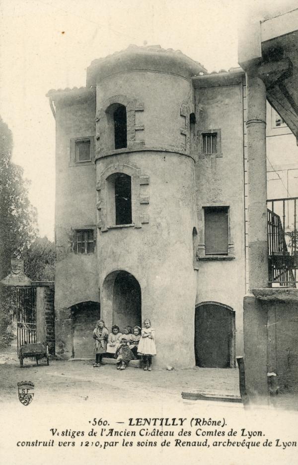 Lentilly (Rhône) : Vestiges de l'Ancien Château des Comtes de Lyon construit vers 1210, par les soins de Renaud, archevêque de Lyon.