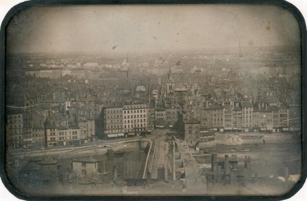 [Panorama de Lyon depuis Fourvière avec l'ancien et le nouveau pont du Change (pont de Nemours) et l'église Saint-Nizier]