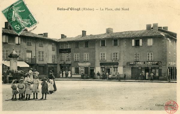 Bois d'Oingt (Rhône) : La place, coté Nord