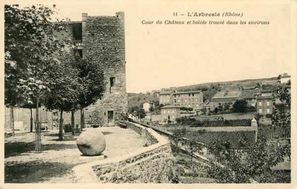 L'Arbresle (Rhône) : Cour du château et bolide trouvé dans les environs