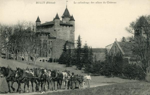 Bully (Rhône) : Le cylindrage des allées du château