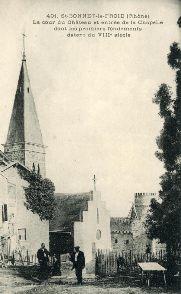 Chevinay (Rhône) : La cour du château et entrée de la chapelle dont les premiers fondements datent du VIIIe siècle