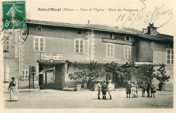 Bois-d'Oingt (Rhône) : Place de l'Eglise - Hôtel des voyageurs